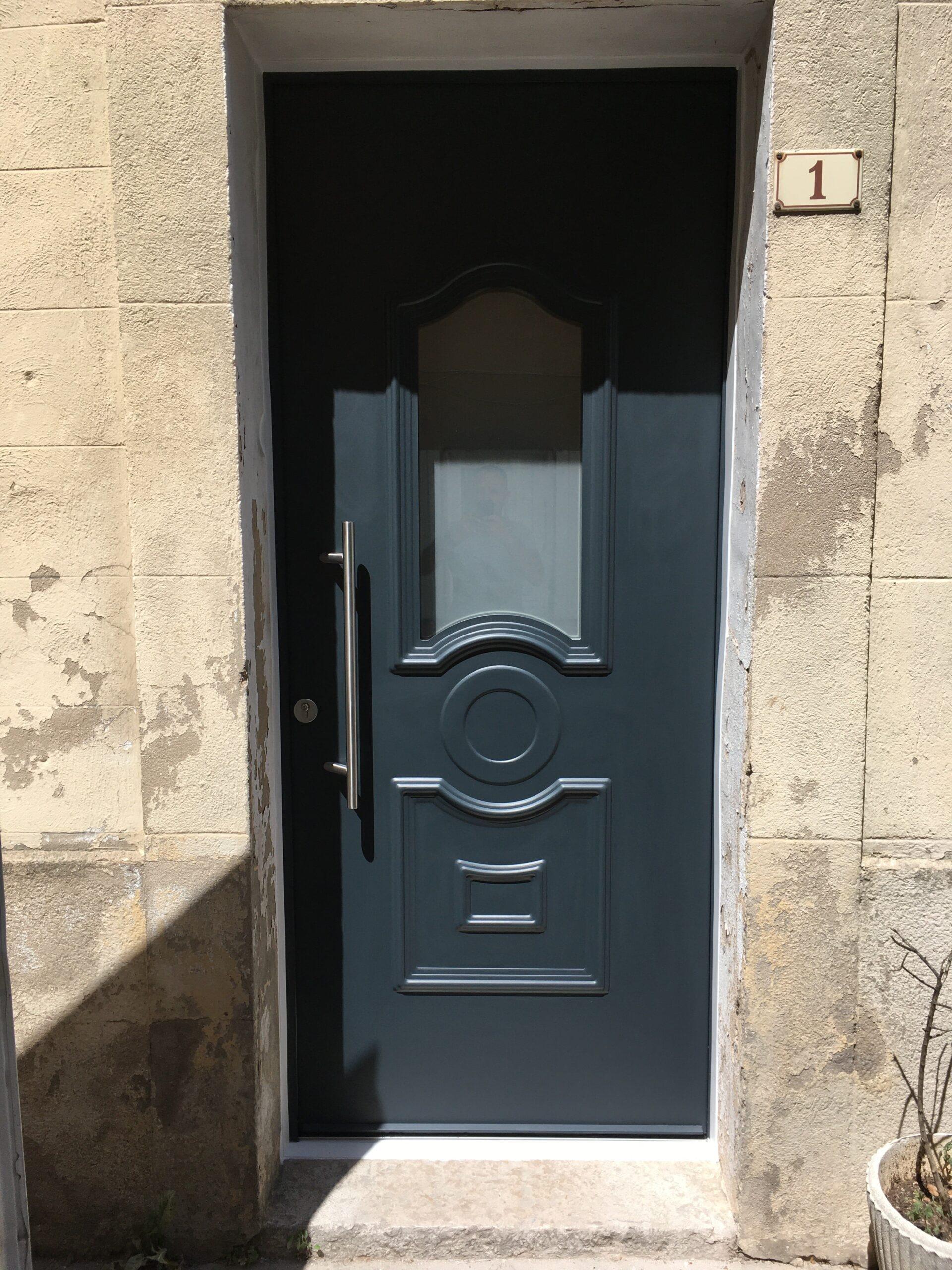 Installation de porte d'entrée aluminium équipée d'un baton de Maréchal  à Méounes les Montrieux