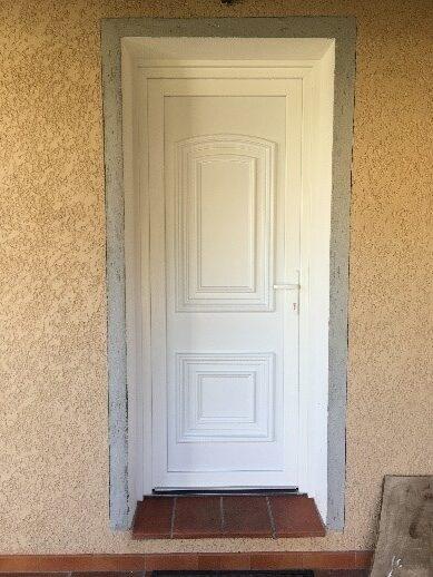 Pose d'une porte d'entrée en PVC à Sollies-Pont