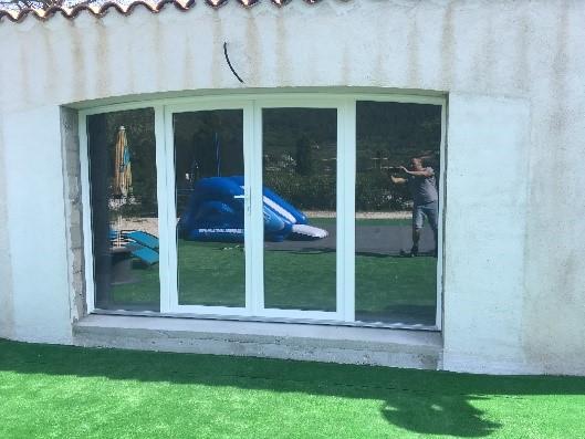 Pose d'une porte  fenêtre PVC cintrée à la Crau